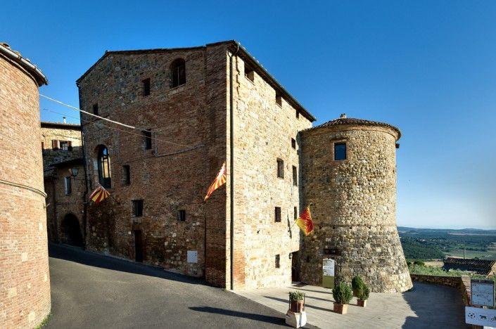 Torre dei Serviti | La Torre e la struttura di un Monastero del XIV secolo ospitano le stanze e le aree comuni dell'albergo