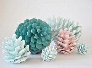 Klasse und einfache Idee. Ein paar Tannenzapfen sammeln und in Farbe tunken. Trocknen lassen und fertig ist die Winter Deko
