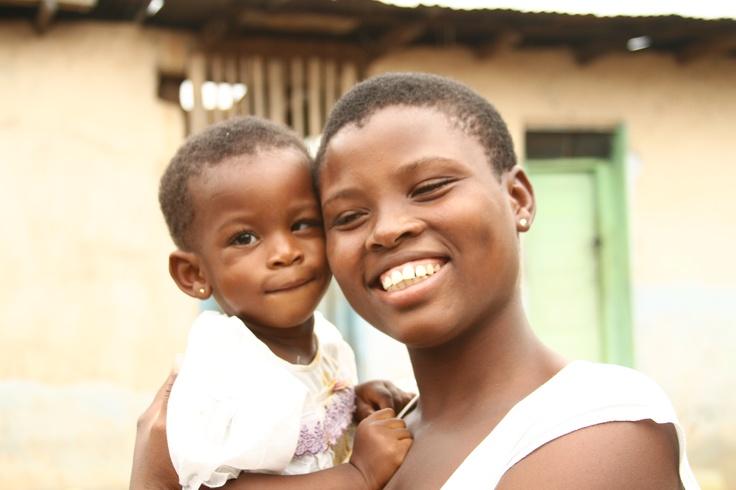 Benedicta, 18 mesi, dal Ghana. Ha affrontato così piccola un'operazione di cataratta delicatissima. Ma l'intervento è andato bene e oggi sorride al fianco della sua famiglia!   http://urlin.it/38486