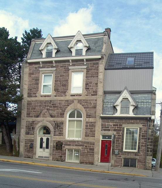 The town of fergus, Ontrio has a wealth of stone buildings from the 1800s. This one in particular caught my eye for a number of reasons. 1) Because is stands all alone, although there may have been others beside it in time past. 2) Because it is built on a hill and it almost seems like the wing on the right was put there to prevent the taller portion on the left from toppling over. 3) It is full of nice architectural details. The three dormers with the fancy bargeboard decoration.