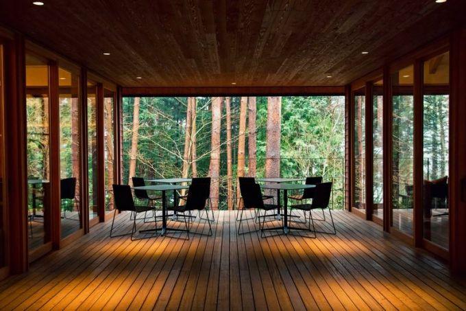 Otevřená terasa vybavená designovými stolky a židlemi je situována na jih a nabízí tak maximální dávku slunečních paprsků a pohled do korun vzrostlých borovic