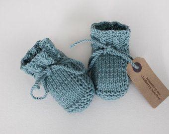 ♥ CUILLIN EN AQUA   Cuillin es un botín de bebé largo de punto de un hilado de todas las estaciones de peso ligero en 100% lana merino extra fino. Presenta espinas retorcidos del hilado a lo largo del tobillo Cuilling es un elegante par de botines adecuados para niños y niña.  Juego manoplas, sombreros, gorros y bufandas disponibles, ven fotos 4 y 5.   Volver a la tienda: http://www.etsy.com/uk/shop/TheBlueberryElephant   ♥