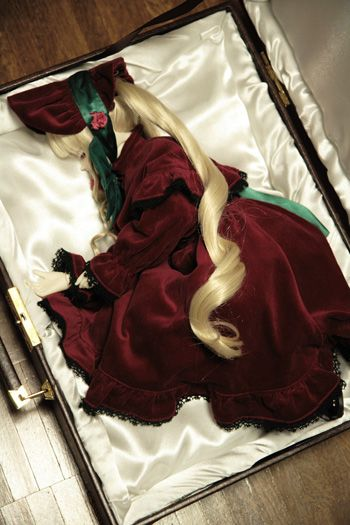 Rozen Maiden is a great anime. If you opened a box to find a mysterious doll inside, what would you do?