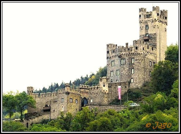 Sonneck , hrad v Německu nad řekou Rýn u vesnice Niederheimbach 30km západně od Mainz, je podle nejnovějších výzkumů poprvé písemně zmíněn v roce 1271. Stejně jako sousední hrad Reichenstein jej jako fojtové říšského opatství Kornelimünster u Cách spravovali páni z Hohenfelsu.