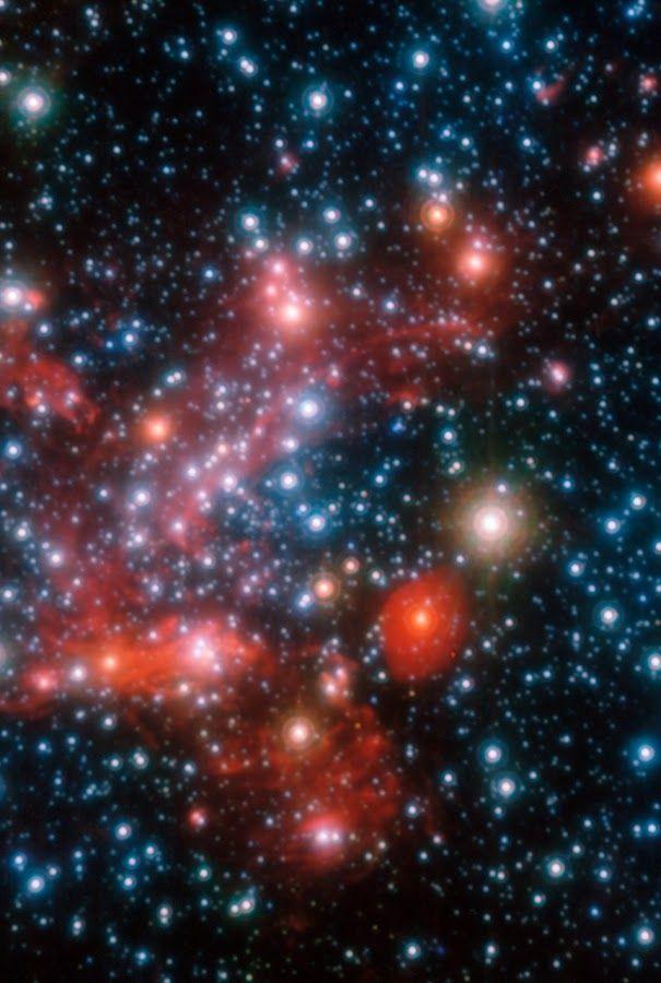Foto: La galaxia de la Vía Láctea o simplemente Vía Láctea es una galaxia espiral donde se encuentra el Sistema Solar y, por lo tanto, la Tierra. Según las observaciones, posee una masa de 10000000000000 masas solares y es una espiral barrada. Su diámetro medio se estima en unos 100 000 años luz, equivalentes a casi un trillón y medio (1.42E18) de km ó 9480 millones de Unidades Astronómicas (UA). Se calcula que contiene entre 200 000 millones y 400 000 millones de estrellas. La distancia…