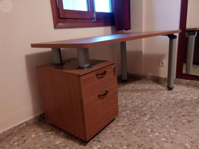 . Estupenda mesa para estudiar o trabajar en perfecto estado con cajonera archivador con llave. Medidas: 1,40 m. de largo De 55 a 80 cm de ancho, ya que tiene forma curva.