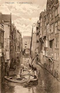 historie Dordrecht; in de verte De Tolbrug. Hier moesten  de schippers even afrekenen. Tot 1544 stond er de Toltoren.