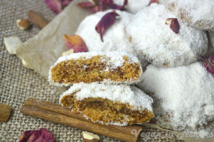 Κουραμπιέδες χωρίς άχνη ζάχαρη, ζυμωμένοι με ελαιόλαδο, γεμιστοί με αμύγδαλα και πασπαλισμένη με αλεύρι καρύδας - Vegan in Athens