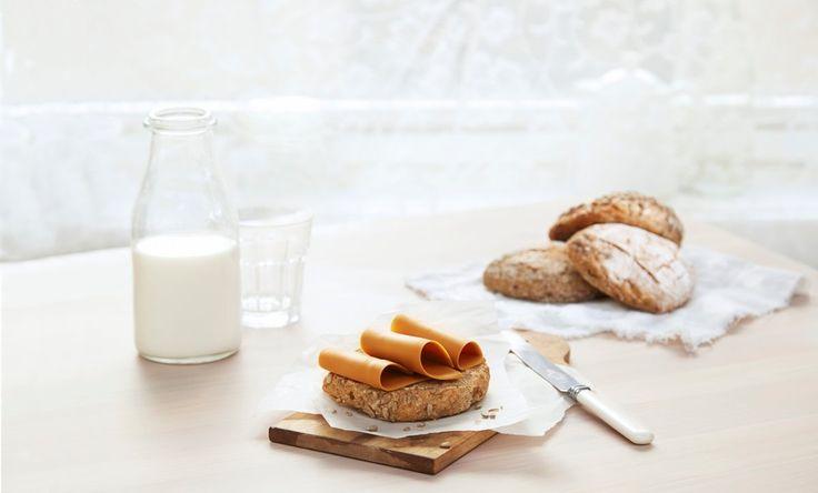 Spis frokost og lunsj med ekstra god samvittighet med oppskrift på disse grove rundstykkene. Kulturmjølk gjør at rundstykker og annen bakst blir ekstra saftig og god. Forskjellige frø både inni og på toppen av rundstykkene, gir det lille ekstra. Av denne oppskriften får du ca. 20 rundstykker.