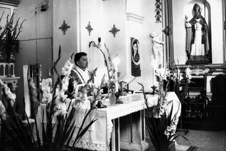 Maltignano di Cascia, anni 60. La chiesa parrocchiale di San Martino. Un momento della messa, tanti gigli intorno all'altare: è giorno di prime comunioni. Su una nicchia la statua di San Martino, patrono del paese.