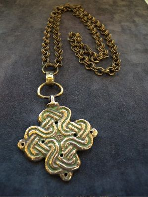 Kalevala Koru pendant in bronze from the 30s. based on the original from the Middle Ages under the Crusaders, found in Mikkelin Tuukkalasta.    Stamped: K.K.  Height: 8.2 cm  Width: 4.5 cm  Chain: 60 cm  Weight of 57.3 cm
