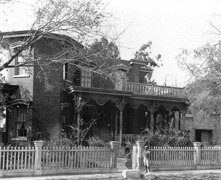 A view of Aunt Pittypat's house facade - A full view such as this one of the Aunt Pittypat house facade on the 40 Acres residential street was never seen in the film.
