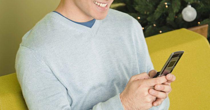Como gravar uma chamada em um Motorola RAZR. O telefone celular Motorola RAZR tem um gravador de voz embutido que permite gravar suas conversas telefônicas. Gravar ligações é, muitas vezes, mais conveniente do que tentar tomar notas enquanto está ao telefone. Quando grava uma chamada, você pode dar toda sua atenção à outra pessoa no telefone e, então, reproduzir a gravação em um momento ...