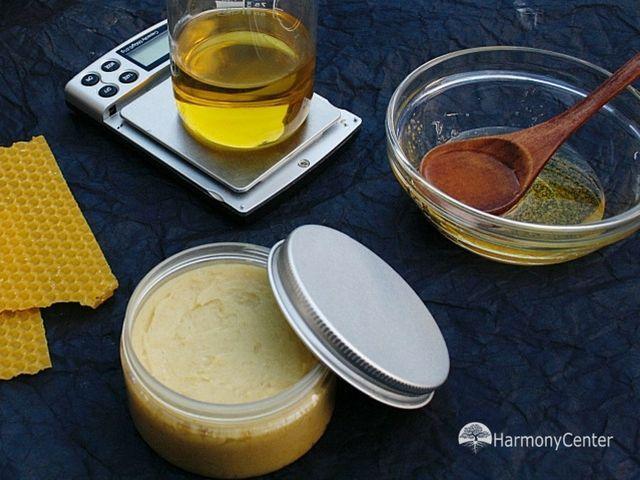 Honingzalf geneest wonden. Al inde oudheid werdhoning gebruikt als geneesmiddel. Ook onze voorouders wisten dat honing supergezond is. Een lepeltje honing voordepijnlijke keel, voor als je buikpijn hadenvoor op de open wondzodat dezesnel geneest. Honing…