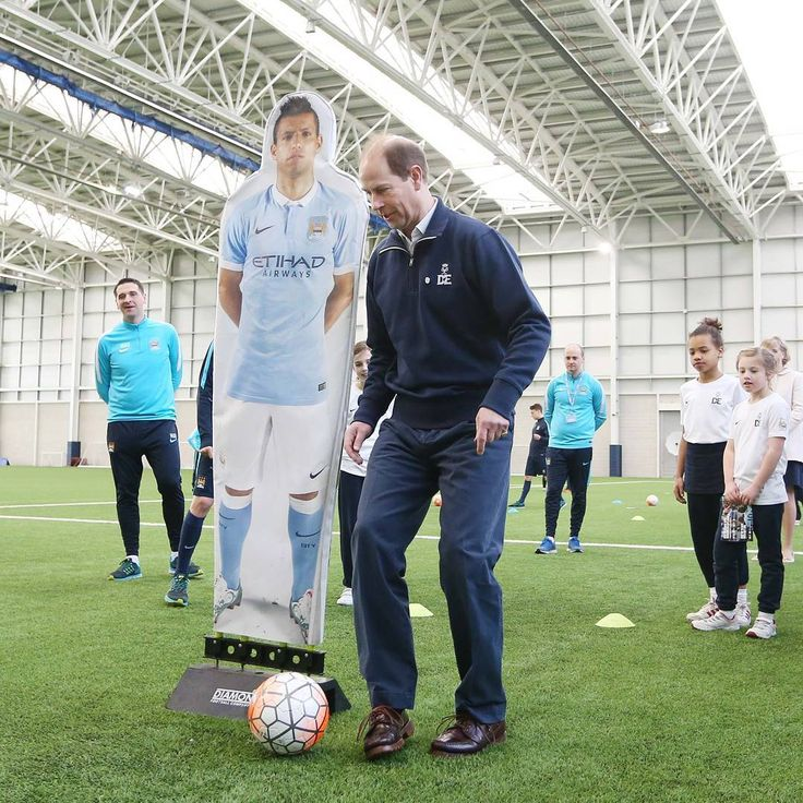 The Earl of Wessex has kicked off ⚽ his tour of the UK to meet participants and volunteers involved with The Duke of Edinburgh's Award @DofE, celebrating its 60th year, today visiting Manchester City @mcfcofficial, the first Premier League club to be licensed to run the Duke of Edinburgh's Award.  The DofE gives young people a unique opportunity to gain valuable life experience and develop essential skills. 23 of City's young players have achieved their Bronze Award and a further 16 are…