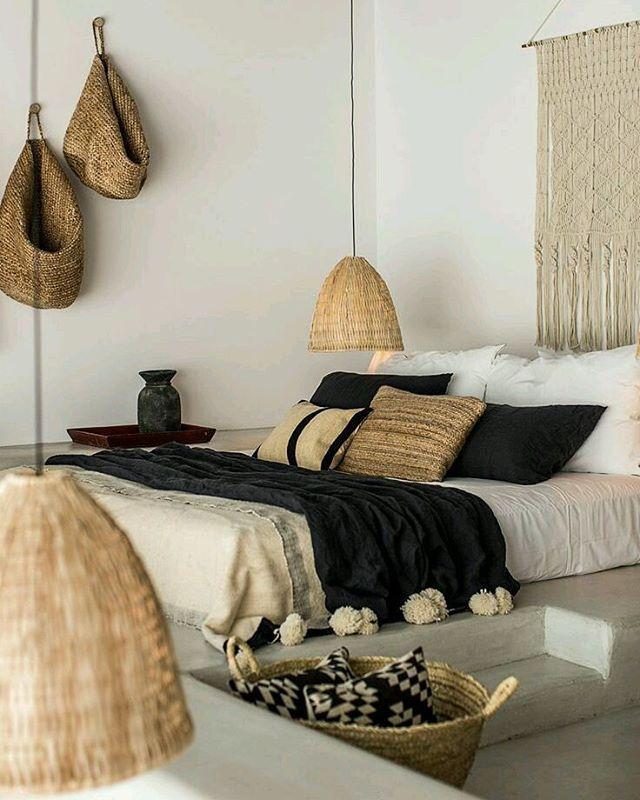 #Inspiracion #boho para un #dormitorio que cuenta con todos los elementos que ayudan a dar este #estilo. #Tejidos #naturales, elementos #decorativos en la pared como panel de #macrame. Un espacio genial para una bonita #noche. Dulces sueños...