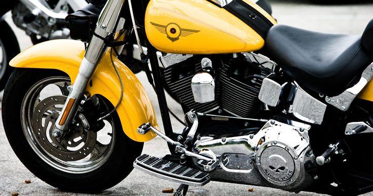 Cómo enderezar un tubo doblado de motocicleta. Si alguna vez has estado en un accidente de motocicleta, probablemente te haya costado el cuadro metálico de tu motocicleta. La mayoría de los cuadros están construidos con grandes tubos metálicos de acero o de aleación metálica. La mala noticia es que el cuadro de tu motocicleta se torcerá luego de un accidente serio. Pese a que puede parecer que ...