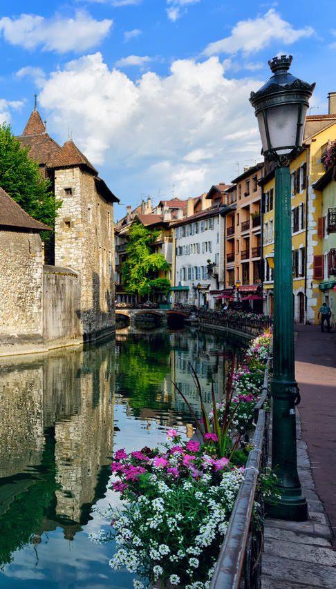 #Annecy, une #ville pleine de #charme qui n'est pas sans rappeler #Bruges, en #Belgique. #France #pittoresque