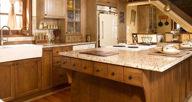 Renouez avec le charme du passé en cuisine!  Cuisine vintage en merisier et comptoir de granit
