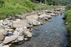 長崎の子供たちに人気の公園が長崎市のそとめ神浦川河川公園 この公園には神浦川の水をそのまま引き入れた水場があって夏休みになると子どもたちが沢山 自然の川の水だから鮎やテナガエビなんかもいますよ  #長崎 #川 #水遊び #公園 tags[長崎県]