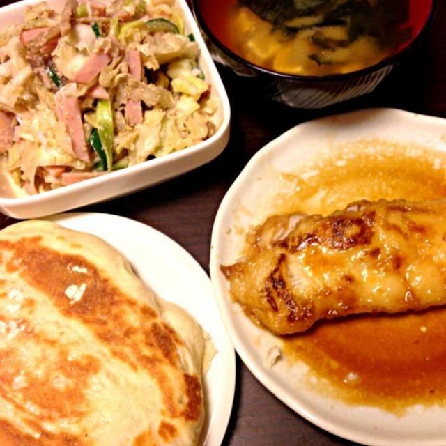 給食お弁当メニュー  娘はご飯で持たせて朝パン食べて行ったよ! - 3件のもぐもぐ - カレイの照り焼き、キンピラごぼうのサラダ、わかめと豆腐の味噌汁、ピッツァ生地のパン by IGGY