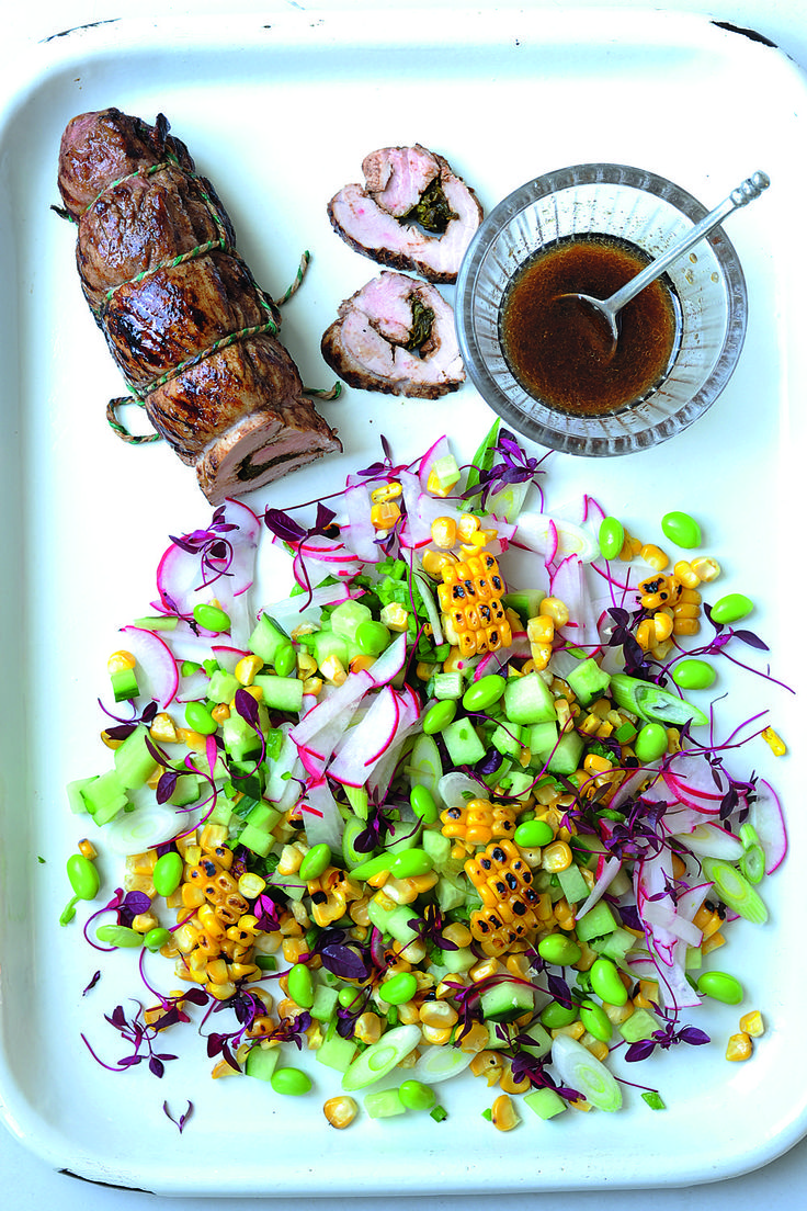 Lomo de cerdo con cinco especias y tamarindo con ensalada de maíz asado, pepino y rábanos.