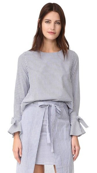 ¡Consigue este tipo de blusa manga larga de J.O.A. ahora! Haz clic para ver los detalles. Envíos gratis a toda España. J.O.A. Flare Sleeve Blouse: A simple, striped J.O.A. blouse, styled with a button back keyhole. The slim long sleeves flare through the cuffs, adding a touch to drama to the silhouette. Fabric: Shirting. 100% cotton. Hand wash. Imported, China. Measurements Length: 22in / 56cm, from shoulder Measurements from size S (blusa manga larga, mangas largas, long sleeve…