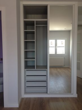 Reformaplus | Armario lacado con espejo e interior diseño.