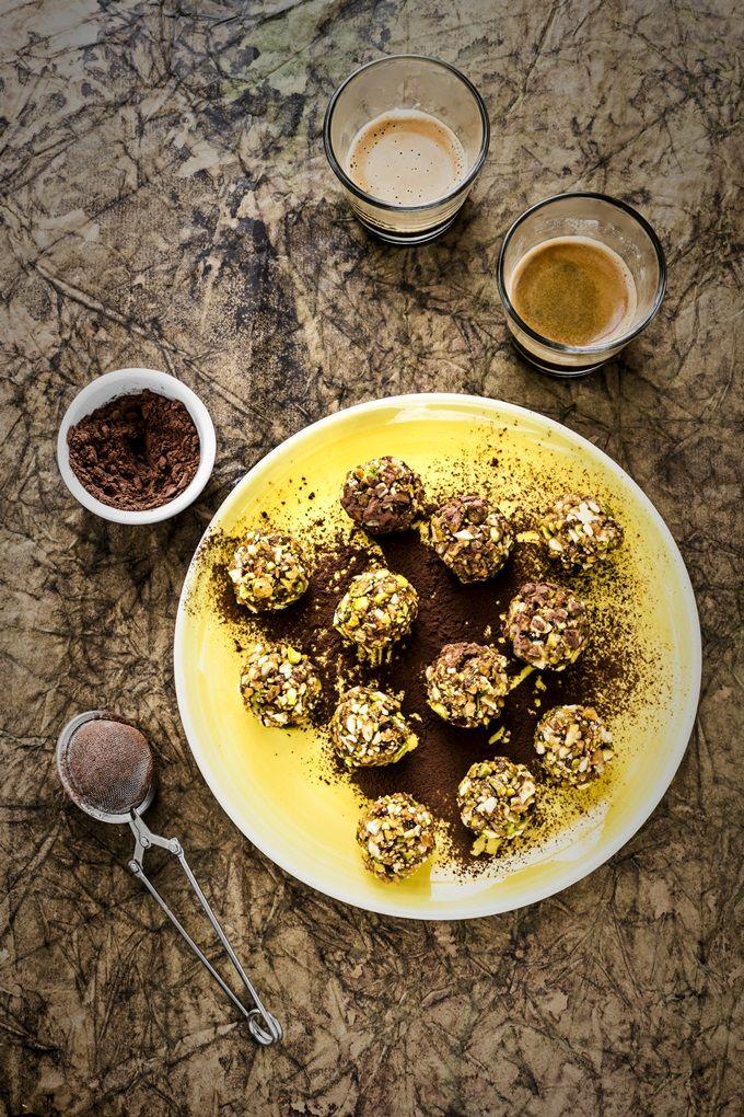 La ricetta ideale, facile e veloce, per realizzare un energy snack adatto a tutta la famiglia: tartufi vegan ai datteri, fichi, frutta secca e cacao.