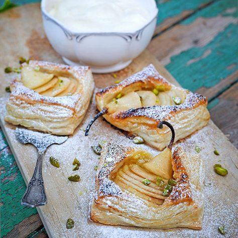 Servera gärna de eleganta päronflarnen med vaniljgrädde eller vaniljglass.