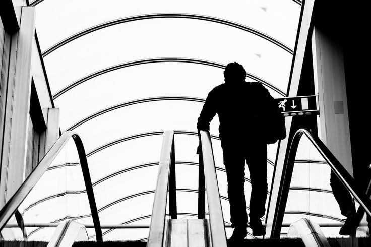 Imagen gratis de unas escaleras mecánicas de un aeropuerto en blanco y negro > http://imagenesgratis.eu/imagen-gratis-de-unas-escaleras-mecanicas-de-un-aeropuerto-en-blanco-y-negro/