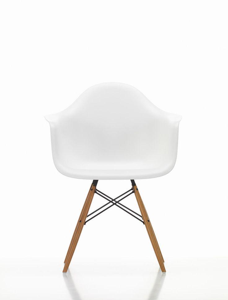 Eames Plastic Chair DAW från Vitra, formgiven av Ray och Charles Eames, är en prisvärd och mångsidig men framförallt vacker stol. Stolen finns i en hel uppsjö av färger i både diskreta och intensiva toner. Eftersom Eames Plastic Chair DAW har en väldigt neutral design blir stolen användbar i många olika sammanhang, både i hemmet och på kontoret. Själva stolskroppen har en fantastiskt läcker design där armstöd, rygg och sits är sammansatt i ett enda stycke. Välj sits i din favoritfärg och…