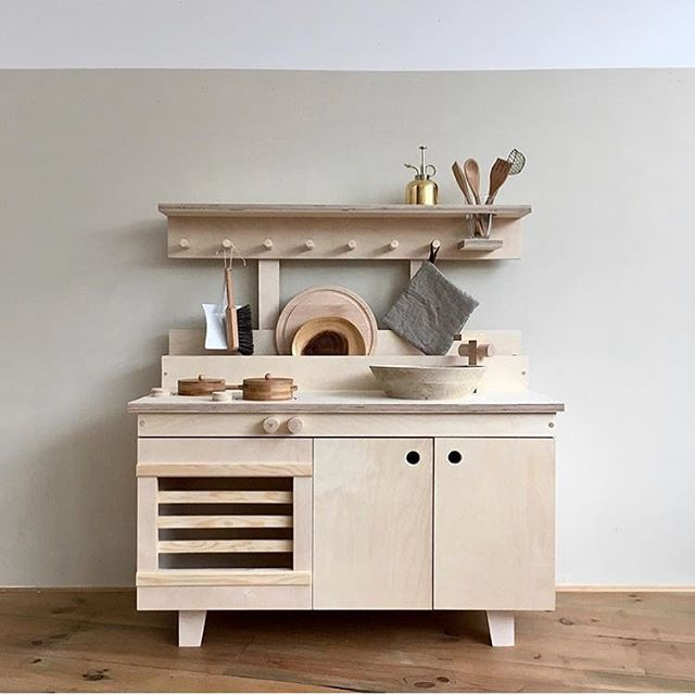 Long time ago since I shared an up and coming brand or product I love, but here it is! Sweet Tinta and her @woodchuck.nl have made this uh-mazing mini kitchen!!!  It's a dream come true!  I want the adult version  #woodchucknl #minikitchen #kidskitchen