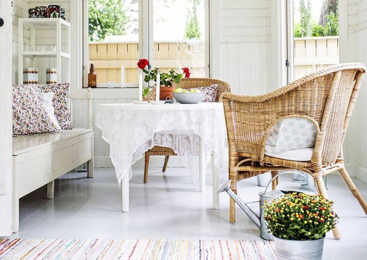 Rottinki istuu täydellisesti romanttiseen, boheemiin, tummaan, merelliseen ja talonpoikaiseenkin tyyliin. Katso Unelmien Talo&Kodin ihanat  ideat rotiinkikalusteisiin!