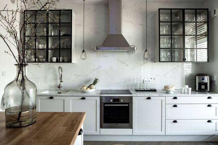 Białe szafki i czarne witrynki w kuchni