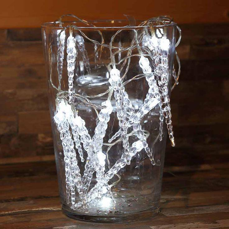Dekorationsvorschlag #Eiszapfen #Lichterkette für #Weihnachten #Weihnachtsdeko #Fensterdekoration #Lichterkette #Weihnachten
