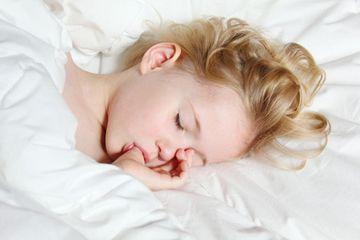 Das leidige Thema Daumenlutschen. Wann muss der Daumen aus dem Mund? Wie geht man vor und was hilft den Kindern? Antworten gibt es hier.