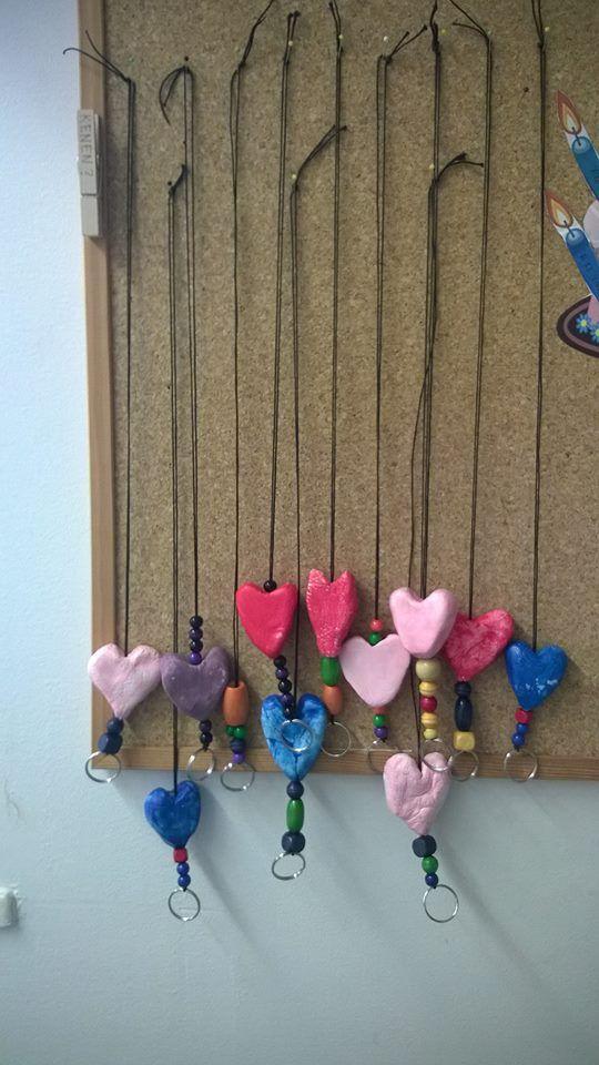 1.-2. luokan avainkaulanauhoja. Sydämet muotoiltu Darwi-massasta ja maalattu pulloväreillä. (Alkuopettajat FB -sivustosta / Emmi Mäenpää)