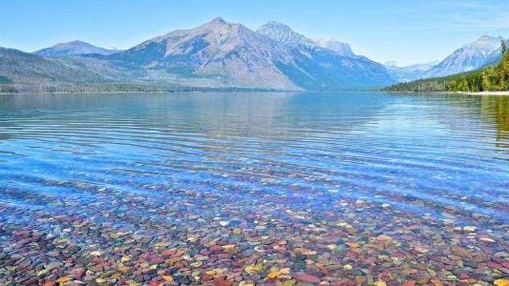 Verdi, marroni, gialli e persino azzurri, rossi e arancioni. Un caleidoscopio di colori che rendono unico il fondale del Lago McDonald, il più grande specchio d'acqua del Glacier National Park.Siam
