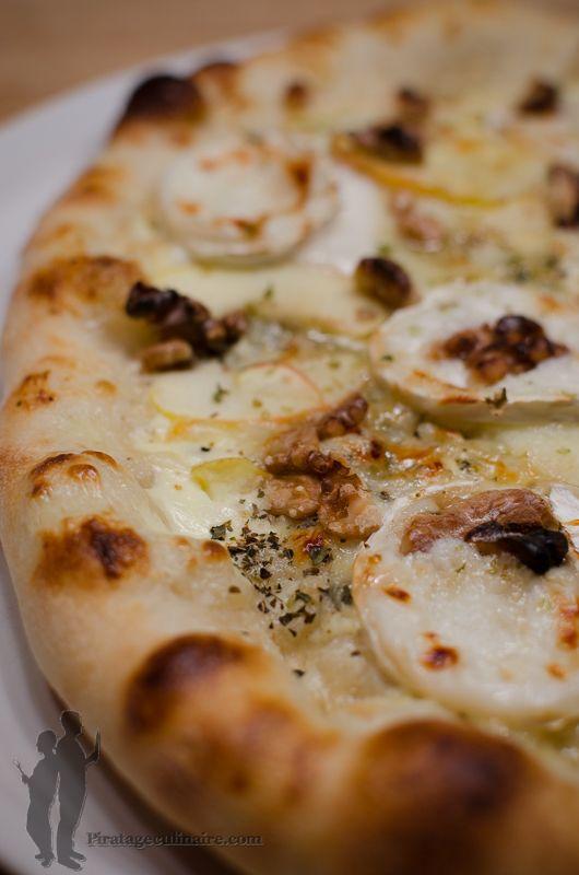 Aujourd'hui, c'est pizza ! Je vous propose de réaliser : une pizza à la pomme, au chèvre, aux noix et au miel.   Alors, à vos fourneaux !!...