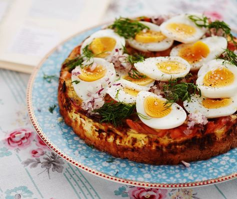 Nopeasti sekoitettava taikina, mehevä smetana-lohitäyte ja komeat kananmunakoristelut ovat suolaisen piirakan valttikortit.