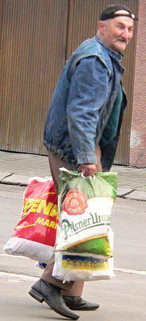 Spokojený Josef Půta Zakládání požárů a jejich následné hašení se podle Josefa Půty vyplácí. Dokládá to i fotografie agentury Reuters Milčice. Josef, obtěžkán denní dávkou vitaminů, míří do chatové oblasti v Luhu, kde bude pokračovat ve své bohulibé činnosti.