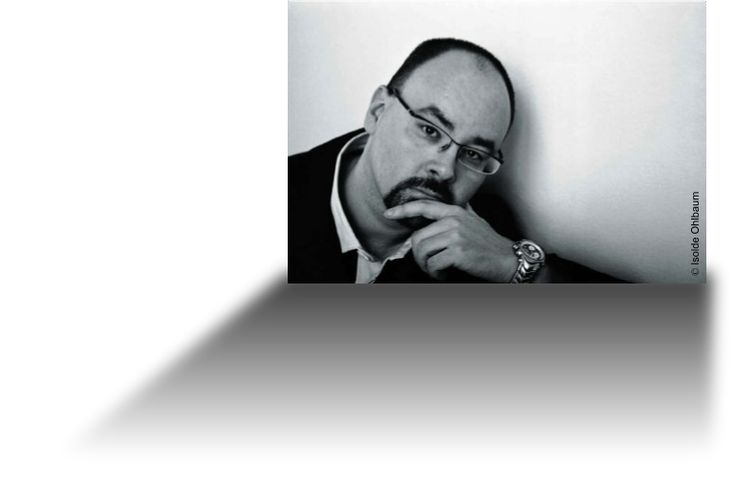 http://www.carlosruizzafon.com/Carlos Ruiz Zafón