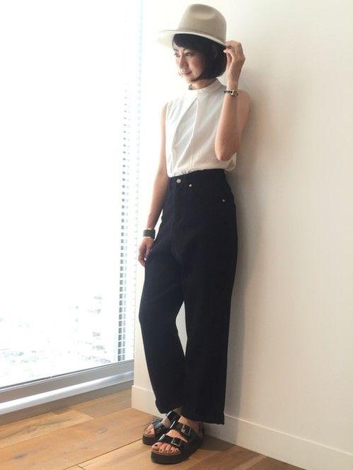 大人っぽいシンプルモノトーンコーデ☆ ボトルネックノースリーブを使った春夏ファッションコーデ。