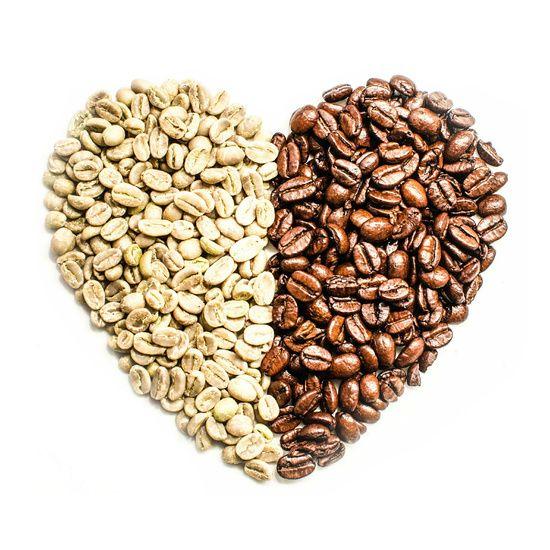 Coffee Heart. Product/Close Up fotografie van groene- en gebrande koffiebonen in vorm van een hart. Fotografie door Ricardo Bouman. www.desenho.eu