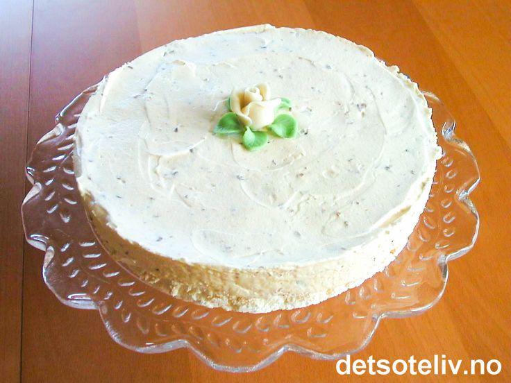 """""""Daimiskake"""" er manges favorittiskake, og det finnes flere forskjellige oppskrifter på kaken. Her har du en kjempegod variant med marengsbunn. Kaken er litt mindre enn """"Daimiskake (nøttebunn)"""", som tidligere er lagt inn på detsoteliv.no. Du kan fint bruke ferdigkjøpt marengsbunn."""