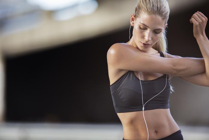 Hányszor hány perc hatásos? Ne kilókat számolj, hanem zsírt! 1. Inkább heti, mintsem napi mennyiségben gondolkozz. Zsírveszteség szempontból heti 3 órát tart ideálisnak, ill. intervallum tréningnél feleannyi ideig tartson a pihenő, mint egy sorozat. 2. Heti 3 intervallum edzés, leghatásosabb a megerősítő kardio. 3. Heti 4 intervallum edzés 10-20 másodperces etapokban. Nem érdemes törekedni heti fél kilónál gyorsabb fogyásra. 4. Heti 3 edzés: félóra kardió és félóra erőedzés kombo