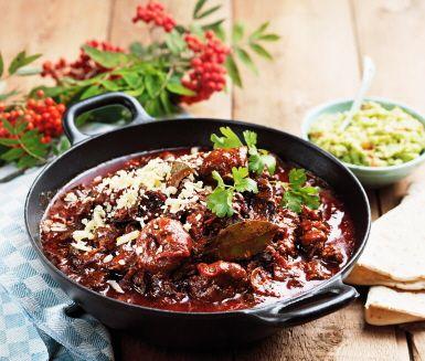 Ett härligt smaksensationellt långkok med hetta, mustighet och sötma från chili, torkad ancho och fikon. En gryta som går utmärkt att göra på både på älg eller högrev av nöt.  Laga gärna en dag innan den ska ätas!