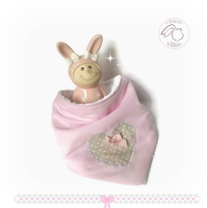 Bavoir bandana bébé .Rose et blanc. appliqué coeur et noeud vichy rose. Original, fait main. : Mode Bébé par kore-and-co
