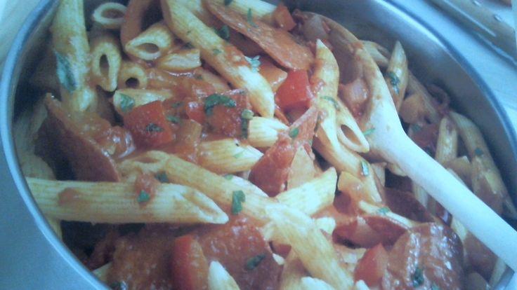 Past met pepperoni is ook weer een recept die vrij eenvoudig is klaar te maken, zonder uren in de keuken te staan. Lees het recept op onze website >>>